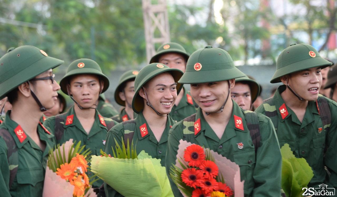 Những tân binh trẻ vui cười lên đường nhập ngũ - Ảnh: TỰ TRUNG