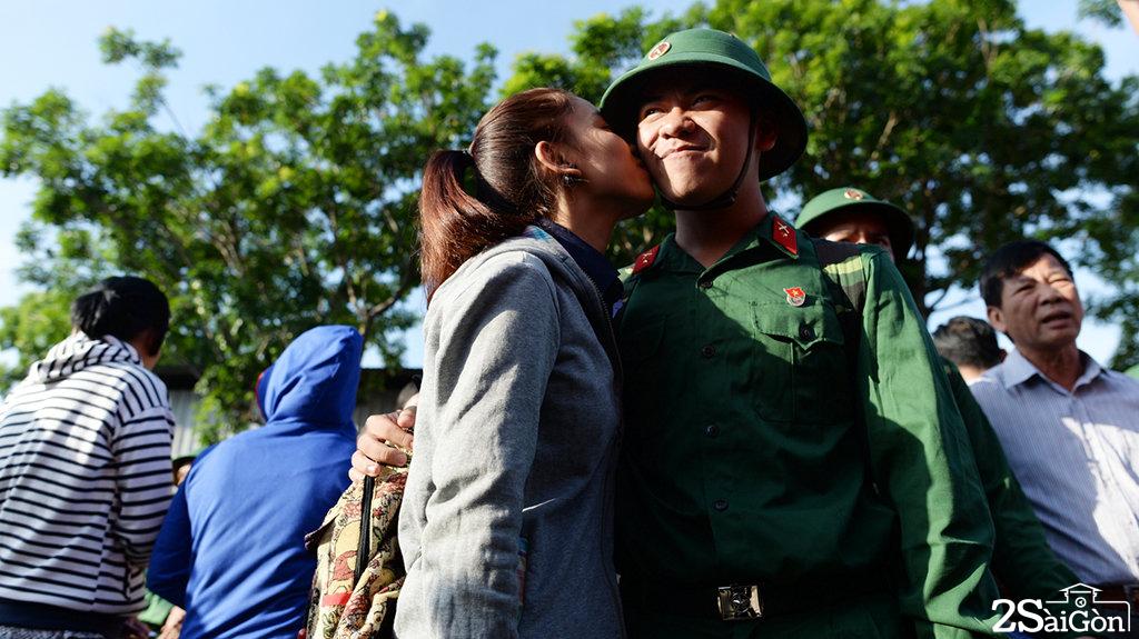 Chiến sĩ Đinh Tuấn Khôi được người yêu hôn tạm biệt trước khi lên đường nhập ngũ vào trung đoàn Gia Định - Ảnh: THUẬN THẮNG