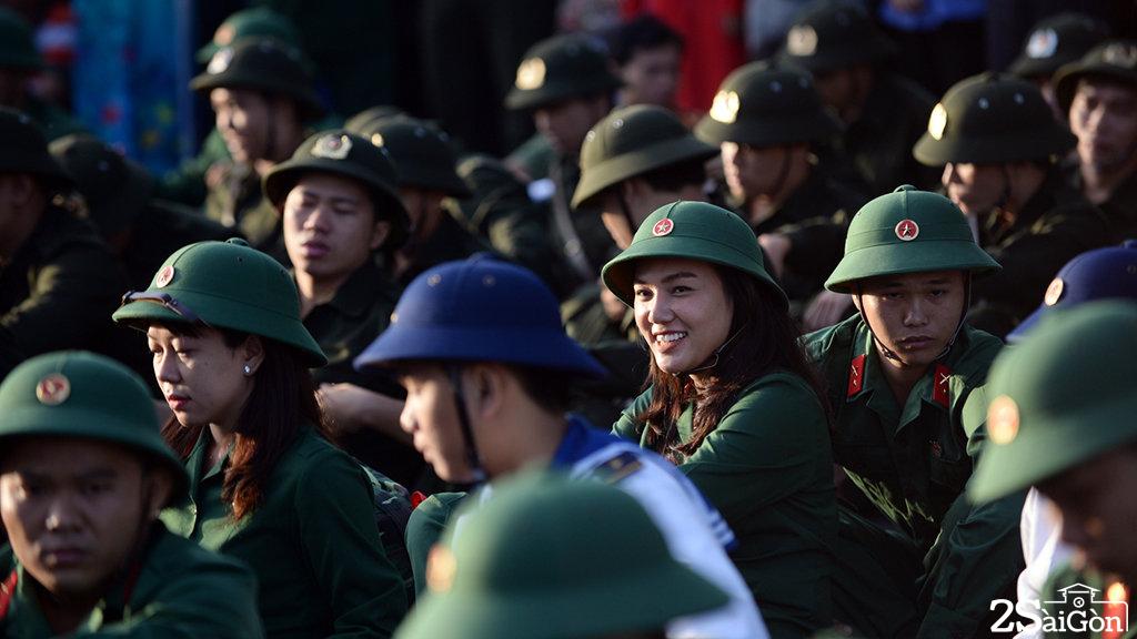 Một nữ chiến sĩ trong lễ giao nhận quân. Trong lễ giao nhận quân sáng 16-2 tại Q.9 có 5 nữ chiến sĩ - Ảnh: THUẬN THẮNG