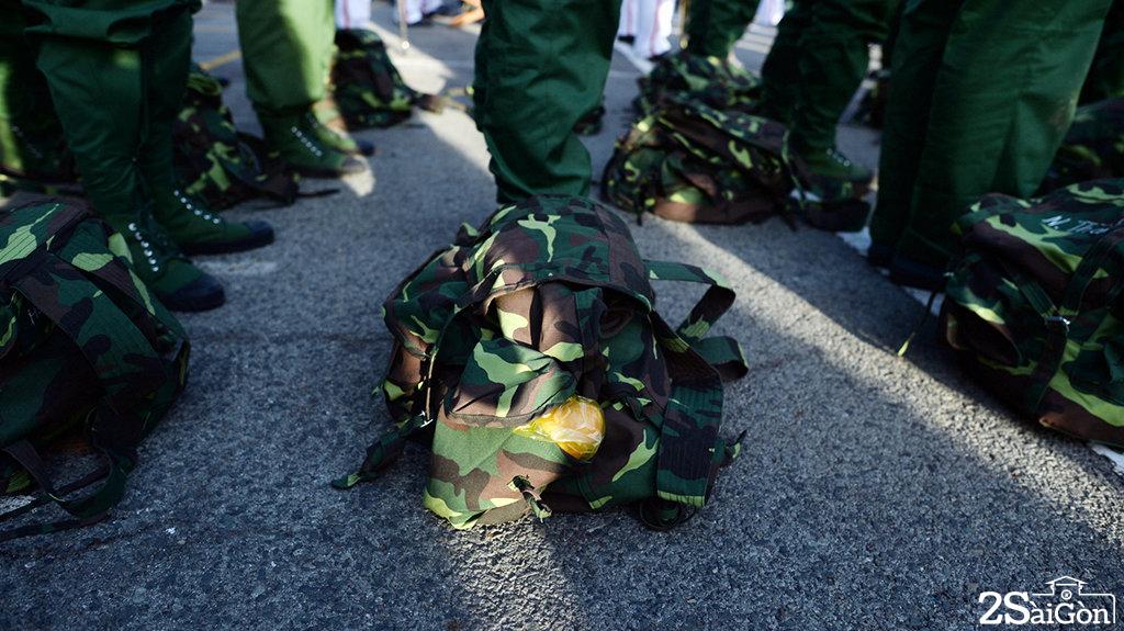 Do hành quân sáng sớm nên mỗi chiến sĩ đều chuẩn bị bánh mì cho ngày đầu tiên nhập ngũ - Ảnh: THUẬN THẮNG