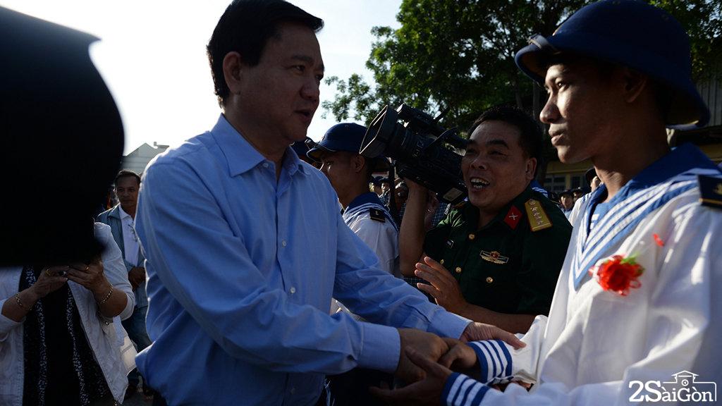 Bí thư Thành ủy TP.HCM Đinh La Thăng thăm hỏi động viên các chiến sĩ trong lễ giao quân - Ảnh: THUẬN THẮNG