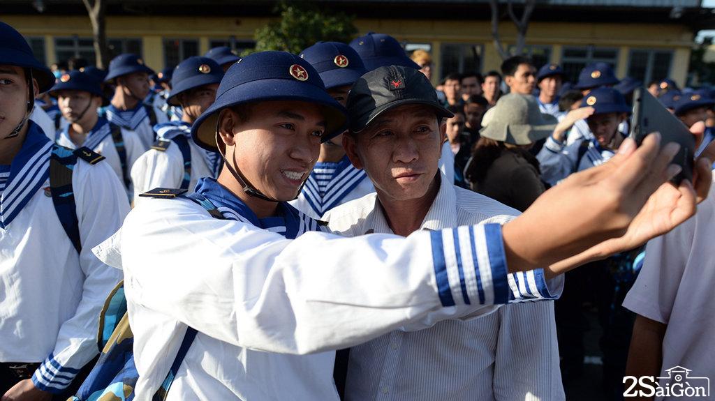 Các chiến sĩ nhập ngũ vào lực lượng hải quân bịn rịn chia tay người thân trong lễ giao nhận quân - Ảnh: THUẬN THẮNG