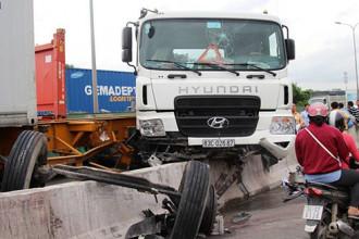 Một vụ tai nạn trên cầu Phú Mỹ khiến chiếc xe tải bị gãy trục - Ảnh: Lê Phan