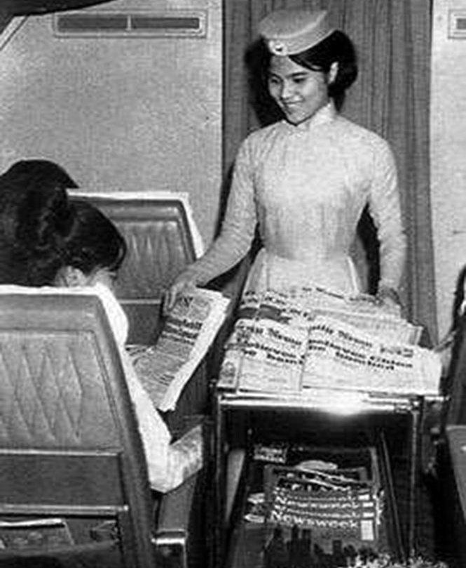 Tiếp viên hàng không trước năm 1975 phục vụ hành khách - Ảnh tư liệu