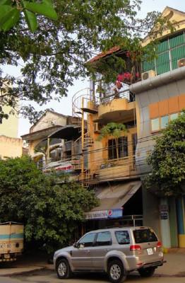 Ngôi nhà 3 tầng ở quận Tân Bình (TH HCM) nằm ở trục đường sầm uất, nhộn nhịp nhưng nội ngoại thất đều đã xuống cấp nghiêm trọng. Gia chủ muốn cải tạo lại nhà làm văn phòng kết hợp nơi ở với thiết kế hiện đại, tiện lợi hơn.