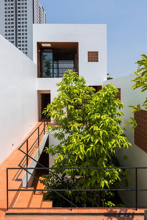 Màu xanh của cây kết hợp hài hòa với màu đỏ gạch, màu trắng của các mảng tường đem lại cảm giác thư thái, mát mẻ, phù hợp với khí hậu nắng quanh năm của Sài Gòn.