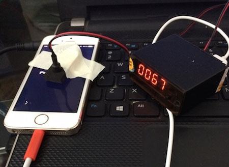 Một chiếc iPhone đang được dò mật khẩu.