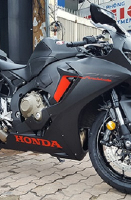 Mẫu sportbike 1.000 phân khối có màu sơn đen mờ và điểm nhấn màu đỏ.