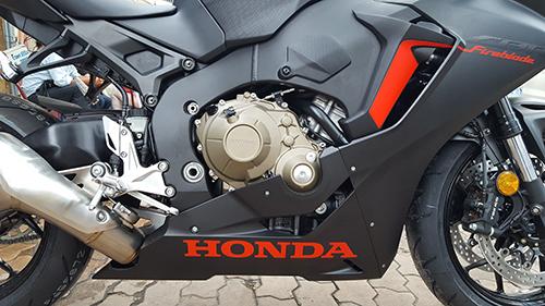 Động cơ vẫn là phiên bản cũ dung tích 998 phân khối, 4 xi-lanh thẳng hàng, DOHC nhưng đã cải tiến nhằm mang lại hiệu suất tốt hơn, như nâng tỷ số nén hay tăng áp lực phun nhiên liệu.