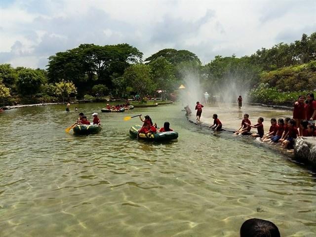 Khung cảnh nên thơ với những dòng suối trong vắt là điểm nhấn của công viên Suối Mơ.