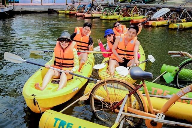 Trải nghiệm trên sông nước bằng các trò chơi như chèo thuyền, bơi lội, đạp xe trên sông,... đầy cảm giác mạnh, sẽ giúp bạn có những giây phút tuyệt vời bên người yêu thương.