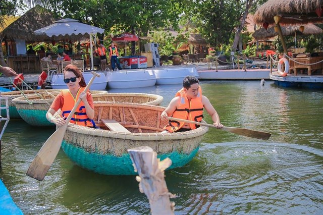 Chỉ mất 120.000 đồng để mua vé cho thuyền kayak và 50.000 đồng/chiếc xe đạp, bạn có thể thoải mái ngao du sông nước.