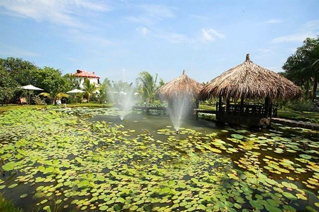 Ngoài ra, tại đây còn nhiều khu nghĩ dưỡng, bể bơi, nhà hàng,... phục vụ khách du lịch, tiệc gia đình,...