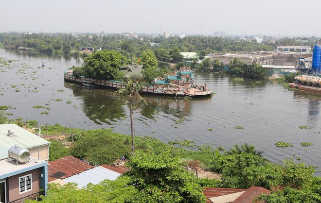 Miếu Phù Châu trên sông Vàm Thuật (phường 5, quận Gò Vấp, TP HCM) là một trong những công trình tín ngưỡng độc đáo ở Việt Nam. Miếu được xây gần như bao trùm trên một cồn đất nhỏ có diện tích khoảng 2.500 m2 nổi giữa sông Vàm Thuật, một nhánh sông Sài Gòn.