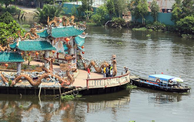 Để sang được miếu, khách phải đi đò với giá 10.000 đồng một chuyến. Do địa thế đặc biệt giữa lòng sông nên miếu thường được người dân gọi là Miếu Nổi.