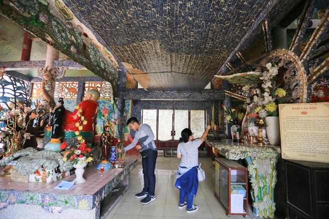 Chính giữa gian tiền điện thờ Phật Di Lặc, hai bên thờ Phật Tổ Như Lai và Địa Mẫu.