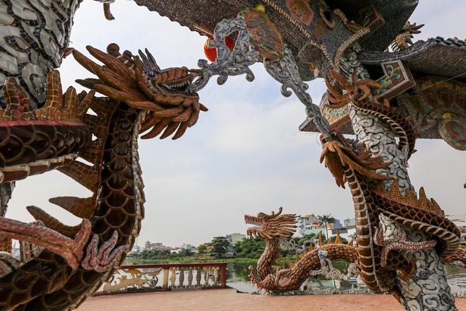 Không chỉ có địa thế độc đáo mà hình ảnh hơn 100 con rồng lớn nhỏ được đặt khắp nơi cũng là điểm đặc biệt của Miếu Nổi. Ngay lối vào miếu và chánh điện là những con rồng to lớn đang chầu.