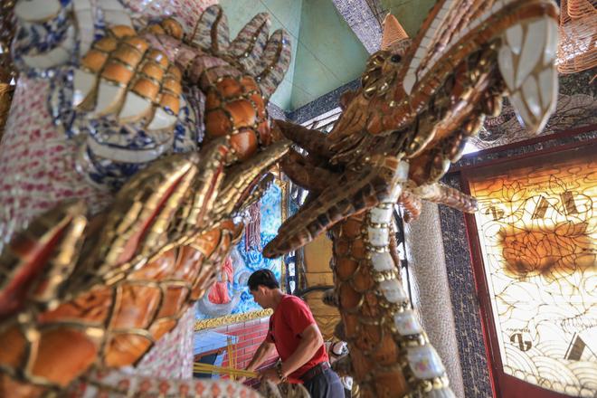 Những con rồng được chạm trổ tinh xảo, uốn lượn ôm lấy thân cột. Các gian thờ bên trong, trái, phải đều có khắc rất nhiều đôi rồng sinh động, đẹp mắt.