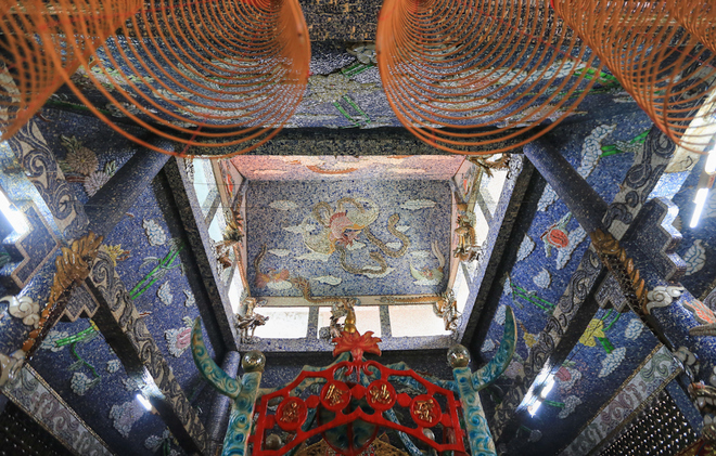 Phần mái của miếu cũng chạm trổ tinh xảo với hàng trăm nghìn mảnh sứ tạo thành hình ảnh rồng, chim, mây núi...