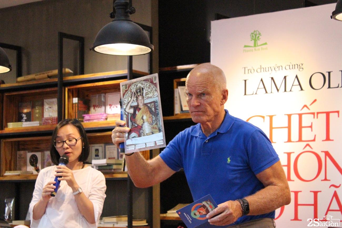 Lama Ole Nydahl giới thiệu bức ảnh Đức Karmapa thứ 16 trước khi hướng dẫn bài thiền tập cho khán giả tại chỗ.