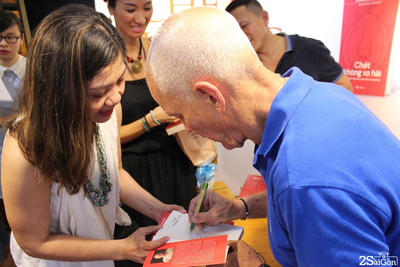 Lama Ole chúc phúc và ký tặng sách.