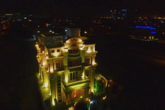 Toàn bộ mặt ngoài tòa nhà được lắp đặt hệ thống chiếu sáng để trở nên lung linh vào ban đêm.