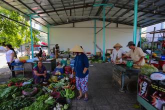"""Ở góc đường Kênh 19/5 - T1 (quận Tân Phú) có khu chợ nhỏ không tên. Mọi người thường quen gọi là chợ ông """"Năm Hấp"""". Những người bán trong chợ đều có tiền thân bán hàng rong vỉa hè."""