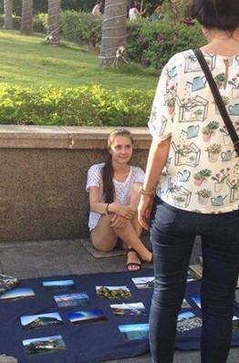 Cô gái Tây bán ảnh phong cảnh trên vỉa hè Sài Gòn để kiếm tiền đi du lịch