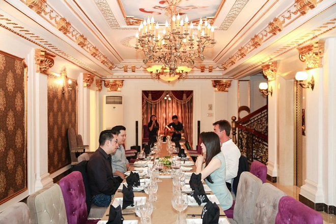 Bên cạnh phòng ăn với sức chứa khoảng 8-10 người cho những bữa tiệc ấm cúng, người đẹp còn cho xây dựng phòng tiệc theo kiểu bàn dài, với sức chứa 30 người. Tại đây, cô tổ chức những buổi chiêu đãi khách quý và mời ban nhạc về chơi (trong ảnh).