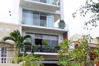 Ngôi nhà 4 tầng ở quận 2 (TP HCM) nằm trên khu đất 200 m2 có thiết kế bên ngoài hiện đại. Chủ nhà là người từng sống ở nhiều nơi trên thế giới nên mong muốn không gian sống tối giản, ngăn nắp nhưng cũng có sự tự do, phóng khoáng.