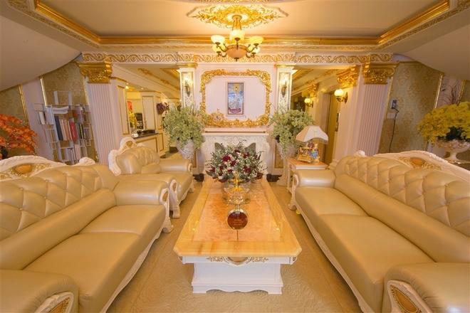Người đẹp cho xây hai phòng khách nằm ở tầng lửng và tầng một. Tùy theo buổi gặp gỡ, cô sẽ tiếp khách ở một trong hai phòng này.