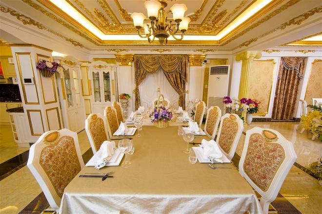 Phòng ăn có gam màu vàng pha trắng tạo cảm giác ấm cúng. Bàn ăn cũng được thiết kế theo chuẩn châu Âu với hai loại: bàn tròn và bàn dài, phù hợp với các tính chất tiệc tùng khác nhau.