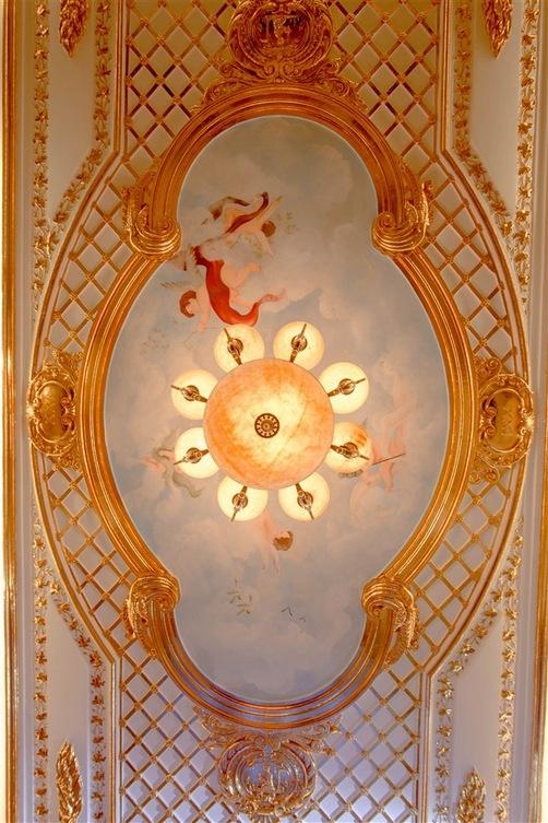 Họa tiết trên trần nhà và hệ thống cột đều được chạm trổ bằng vàng.