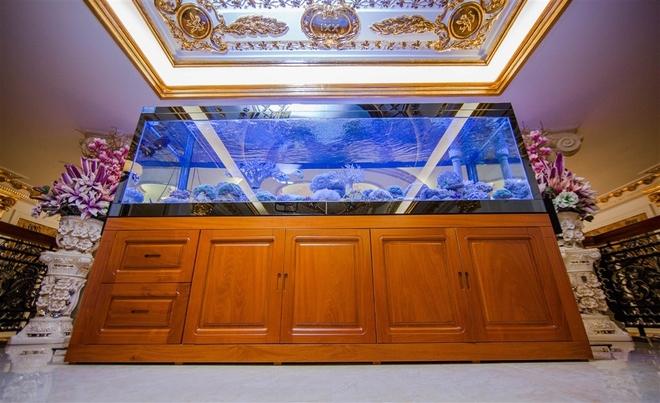 Bể cá lớn được đặt ở tầng lửng, tạo không gian mát mẻ và thư giãn.