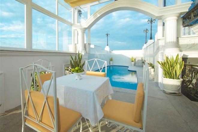 Tầng thượng của ngôi nhà có bể bơi, là nơi để người đẹp đọc sách, uống trà những buổi chiều rảnh rỗi. Biệt thự có một mặt hướng ra sông Sài Gòn, ba mặt còn lại thông thoáng, tận dụng tối đa ánh sáng và gió trời bằng cửa kính rộng và khe gió.
