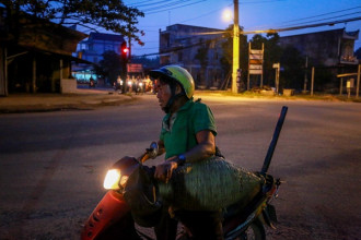 """5h sáng hàng ngày, sau khi uống cà phê để tỉnh táo, ông Võ Văn Dũng (ở xã Tân Phú Trung, huyện Củ Chi, TP HCM) bắt đầu chạy xe ra đồng để săn rắn, bắt chuột. """"Có ngày, tôi chạy 60-70 cây số, cứ đi hết xã này đến xã khác để bắt chuột với rắn"""", ông Dũng kể."""