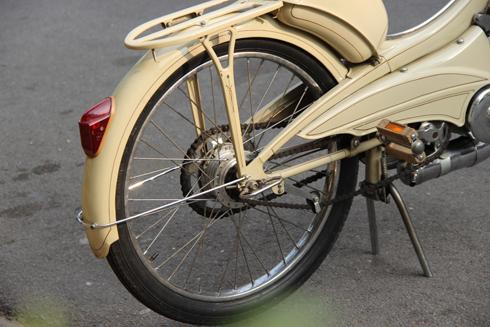 Xe di chuyển bằng bàn đạp và động cơ hai thì loại xăng pha nhớt.