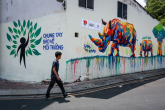 """Gần tháng nay, nhiều người dân và du khách thích thú về bức tranh mang thông điệp bảo vệ tê giác được vẽ trên góc đường gần vòng xoay Điện Biên Phủ (phường Đa Kao, quận 1, TP HCM). Bức tranh này nằm trong chương trình """"Vẽ tranh tường nghệ thuật bảo vệ động vật hoang dã"""" do Trung tâm hành động và liên kết vì môi trường và phát triển,(CHANGE) phối hợp với Quận đoàn quận 1 thực hiện."""