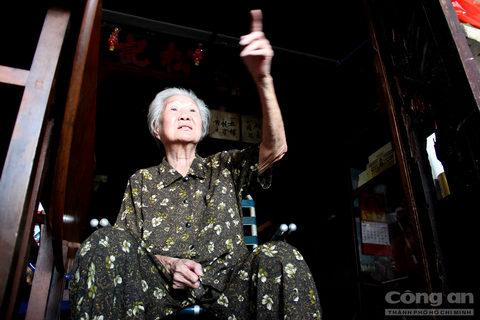Chủ căn nhà này là bà Kha Quyên, sinh năm 1933, bà là chủ nhân đời thứ 2 của tiệm trà Ô Tồng Ký. Mặc dù năm nay đã ngoài 80 tuổi, nhưng bà Kha Quyên vẫn còn nhớ như in những câu chuyện do cha bà truyền lại về hành trình từ những ngày đầu rời bỏ quê hương đến Sài Gòn tìm đất sống mới.