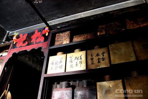 Những hộp đựng trà đã tồn tại hơn 1 thế kỉ vẫn còn giữ nguyên trong tiệm trà. Đằng sau những kệ tủ của tiệm trà mang đầy vẻ u tịch, đối lập hẳn với nhịp sống xô bồ, ồn ã của phố thị ở phía ngoài kia.