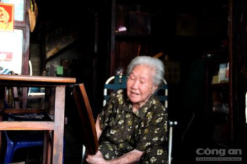 """Bà Quyên cho biết, tất cả đồ đạc trong nhà đều đã rất cổ xưa, những bộ bàn ghế, kệ để hàng...  đều tuổi đời ít nhất 50 năm. Bà Quyên bảo cũng có nhiều người đến hỏi mua những vật dụng cũ xưa trong nhà, nhưng bà không muốn bán. """"Bao nhiêu tiền cũng không bán. Cứ để vậy đi ra đi vô còn nhìn ngắm chứ bán làm gì"""", bà Quyên bộc bạch."""
