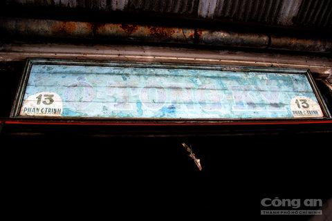 Bảng hiệu Ô Tồng Ký được treo lên suốt trăm năm qua nay đã phai màu theo mưa nắng và thời gian.