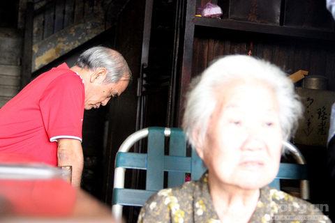 Bà Quyên bộc bạch, bà sống độc thân không lập gia đình. Hiện bà đang sống với vợ chồng đứa cháu đã ngoài 50 tuổi.