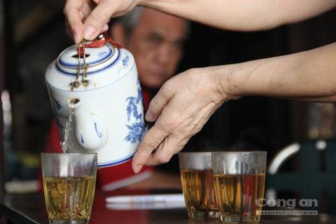 Thi thoảng, có những người từ xa về đi tìm lại chốn cũ, họ ghé lại tiệm trà, uống ly nước trà hàn huyên những câu chuyện vàng son thuở nào.