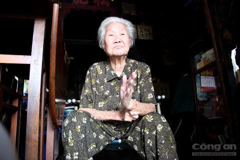 """Bằng giọng Việt lơ lớ đặc trưng của người Hoa, bà Kha Quyên không giấu nổi vẻ trầm trồ khi nhắc đến gia đình chú Hỏa: """"Giàu có không biết bao nhiêu mà kể. Nhà chú Hỏa thời đó bự và đẹp lắm, còn đẹp hơn cả Dinh Thống đốc Nam kỳ nữa mà. Căn nhà nay là Bảo tàng Mỹ thuật TP.HCM. Không chỉ xây các dinh thự hoành tráng cho gia đình mình, Chú Hỏa còn xây gần 20.000 căn nhà phố, cùng hàng loạt công trình dân dụng như bệnh viện, chùa chiền, trường học… phục vụ cho người dân. Hiến tặng hàng loạt công trình phúc lợi xã hội mà chức năng vẫn tồn tại đến tận ngày nay, như: Bệnh viện Đa khoa Sài Gòn, Bệnh viện Phụ sản Từ Dũ, Trường THCS Minh Đức (quận 1), Bệnh viện Nguyễn Trãi (quận 5)…"""