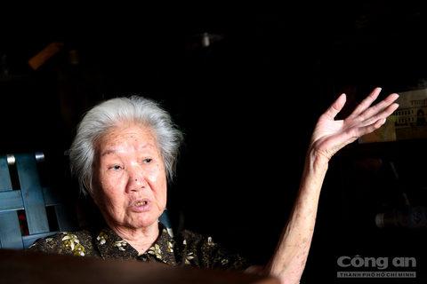 Bà Quyên cho biết, tổ phụ của bà là người Trung Hoa, di cư vào Sài Gòn cách đây hơn một thế kỷ. Lúc mới đến Sài Gòn này, cha bà cũng làm đủ nghề để sinh sống. Đến năm 1913, cha bà mới mở tiệm trà này buôn bán, khi ấy chợ Bến Thành vẫn đang xây dựng.