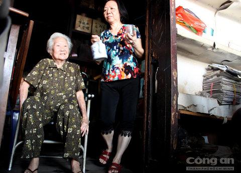 Cũng theo lời bà Kha Quyên, tiệm trà Ô Tồng Ký của gia đình bà trước đây ngoài việc buôn bán mặt hàng chính là các loại trà còn buôn bán các dòng rượu được nhập cảng từ châu Âu để phục vụ cho giới thượng lưu Sài Gòn đương thời như: Cantina, Champagne, Cognac,…