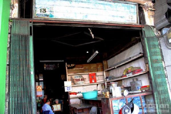 Đối diện cửa Tây của chợ Bến Thành là căn nhà cũ rích, tọa lạc tại số 13 đường Phan Chu Trinh. Có lẽ khi nhìn vào hình ảnh này, ít ai tưởng tượng được ngôi nhà này lại tọa lạc ở một trong những địa điểm sầm uất bậc nhất của Sài Gòn. Căn nhà khá đìu hiu so với khu chợ sầm uất vì không kinh doanh, buôn bán gì. Thế nhưng ít ai biết rằng căn nhà này trước kia vốn là một tiệm trà nổi tiếng.