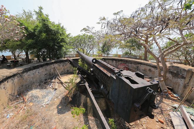 Ba khẩu pháo dưới chân tượng Chúa Giêsu được xây dựng cùng thời điểm với trận địa pháo Núi Lớn, có chức năng là chốt tiền tiêu. Các khẩu pháo được đặt trong một công sự đào sâu dưới mặt đất, có đường kính 10,5 m, hướng về vùng biển Cần Giờ, cửa ngỏ dẫn vào Sài Gòn - Gia Định.