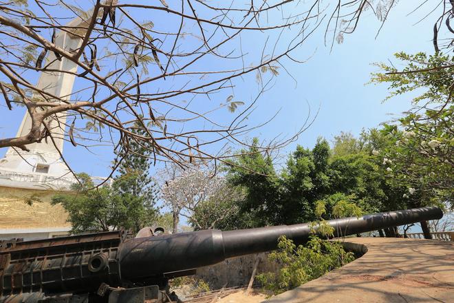 Đóng vai trò quan trọng thứ hai trọng tuyến phòng thủ biển Vũng Tàu đó chính là trận địa pháo núi Tao Phùng (núi Nhỏ). Trận địa pháo này đã được xây dựng thành 3 cụm pháo nhỏ. Cụm thứ nhất gồm 3 đại pháo ngay dưới chân tượng Chúa Kitô.
